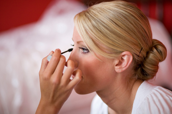 bride-applying-mascara
